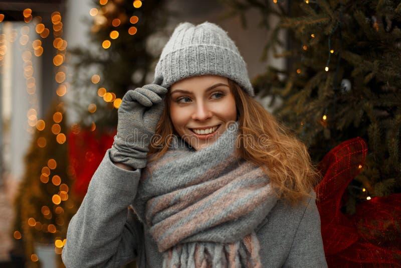 Härlig ung lycklig stilfull flicka med ett fantastiskt leende arkivbilder