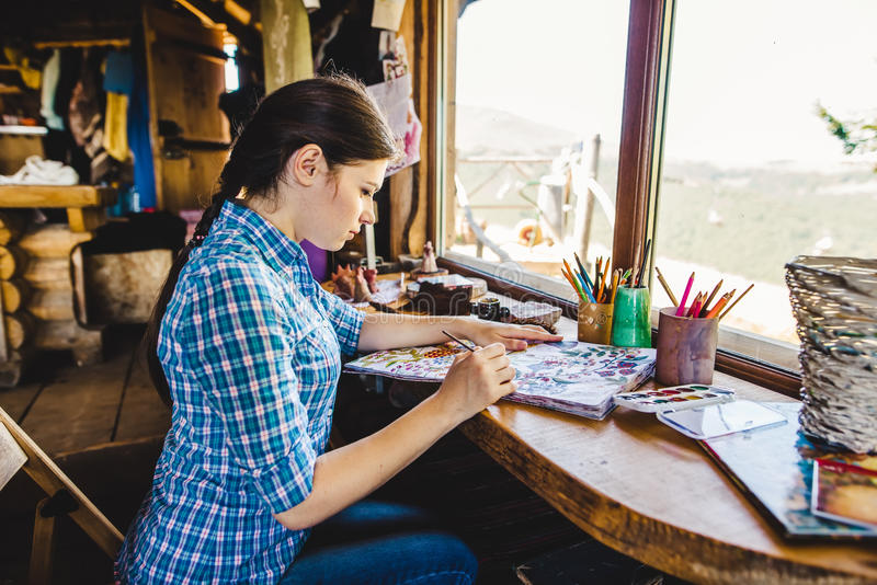 Härlig ung målare i hennes studio arkivbild