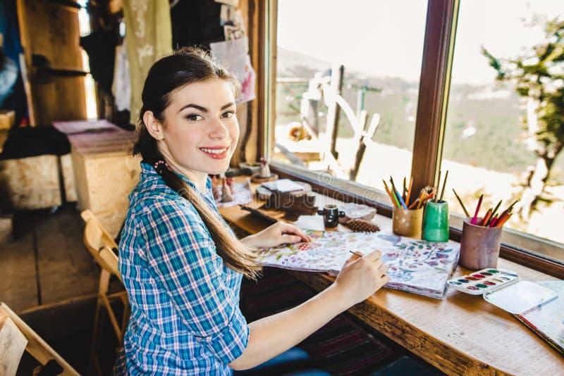 Härlig ung målare i hennes studio arkivbilder