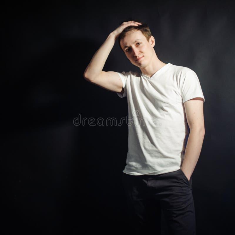 Härlig ung man i den vita skjortan arkivfoton