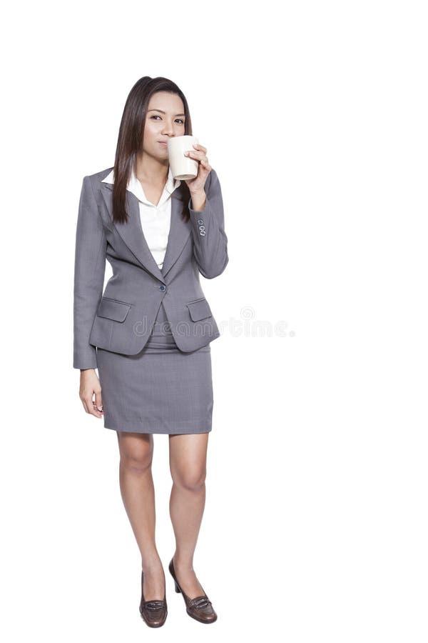 Härlig ung nätt gest för asiatisk affärskvinna som ler drinken royaltyfria foton