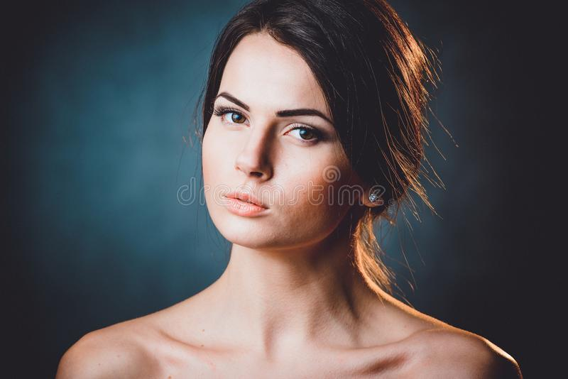 Härlig, ung och emotionell flicka i studio royaltyfria bilder