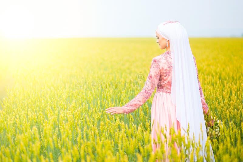 Härlig ung orientalisk brud som förbereder sig för att gifta sig Muslimsk förbindelse royaltyfria foton