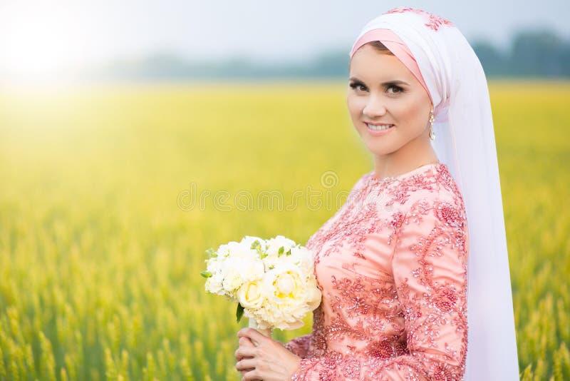 Härlig ung orientalisk brud som förbereder sig för att gifta sig Muslimsk förbindelse arkivbild