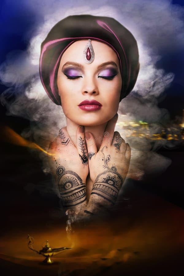 Härlig ung orientalisk kvinna arkivfoto