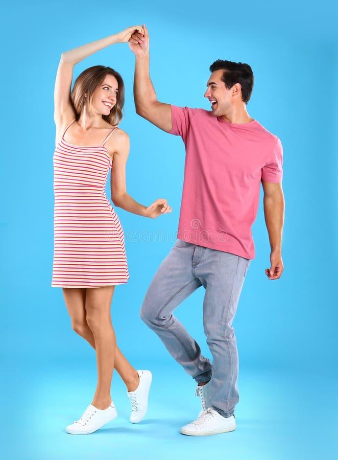 Härlig ung pardans på blått royaltyfri bild