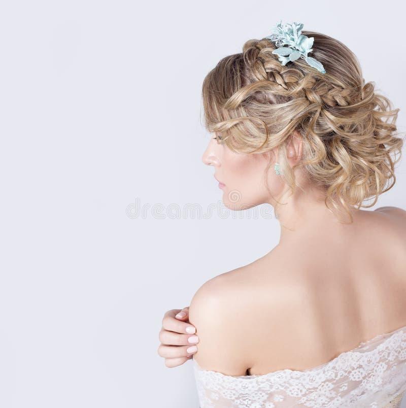 Härlig ung sexig elegant söt flicka i bilden av en brud med hår och blommor i hennes hår, delikat bröllopmakeup arkivfoton