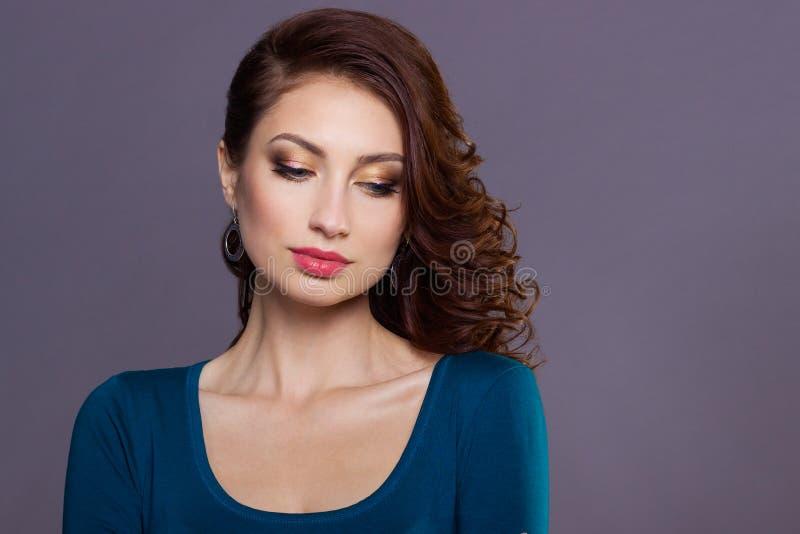 Härlig ung sexig flicka med krullning med ljus festlig makeup, fylliga kanter bilden till det nya året, på julafton arkivfoton