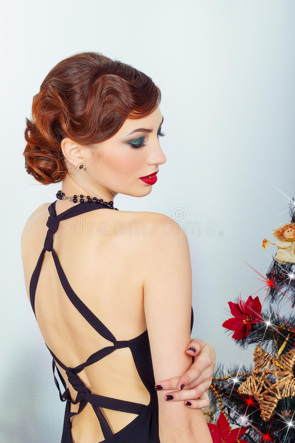 Härlig ung sexig kvinna med aftonmakeup och hår, med röd läppstift royaltyfria foton