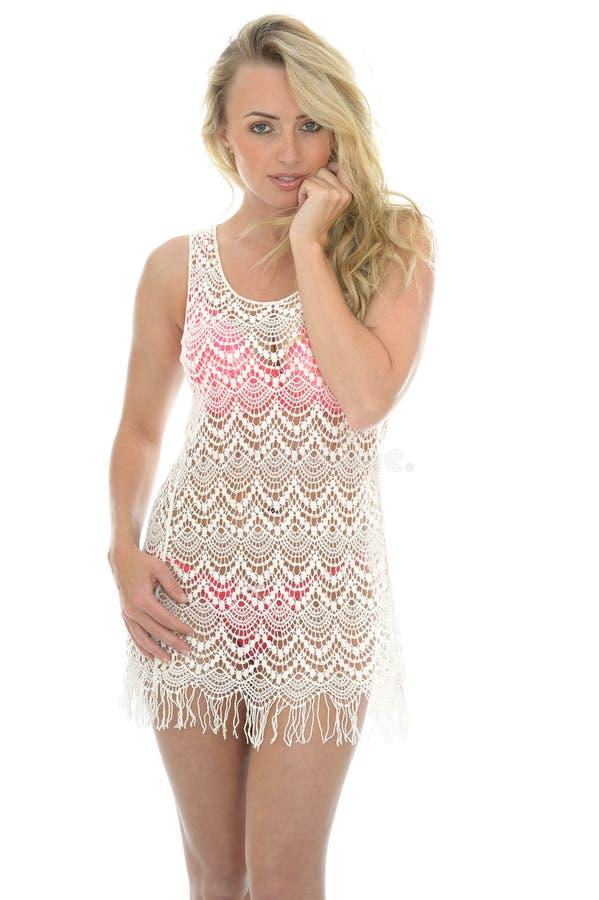 Härlig ung sexig kvinna som bär en Lacy See Through Mini Dress fotografering för bildbyråer