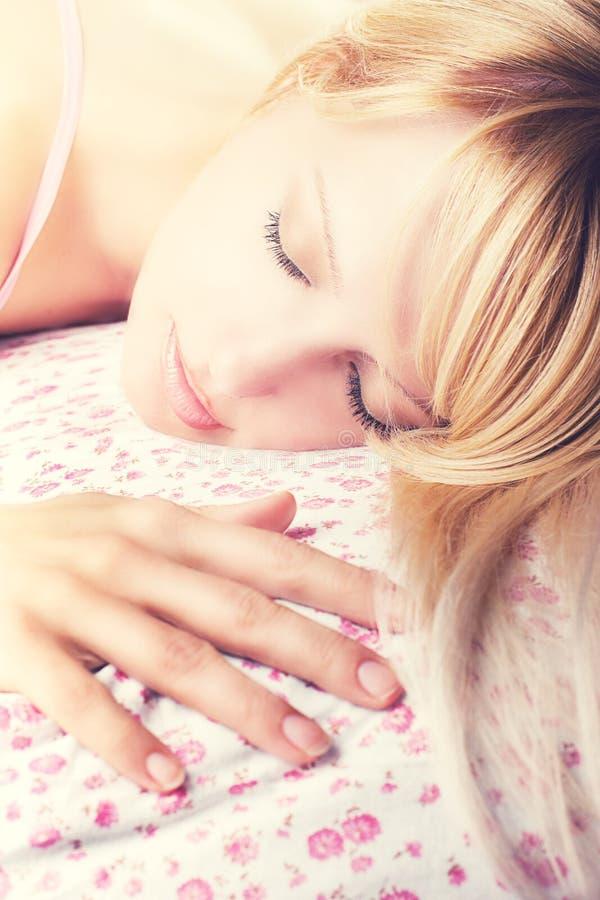 Härlig ung sova kvinna royaltyfri foto
