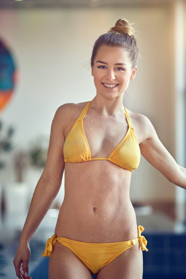 Härlig ung sportig kvinna arkivfoton