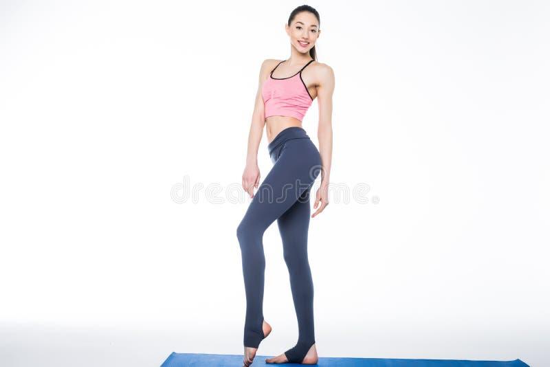 Härlig ung sportig muskulös kvinna som isoleras mot vit bakgrund arkivfoton