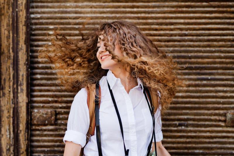 Härlig ung tonårs- flicka i den gamla staden royaltyfri fotografi