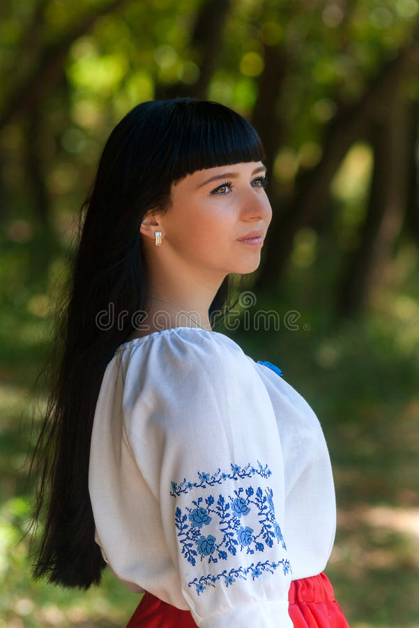 Härlig ung ukrainsk flicka i nationell dräkt Flicka med härligt utseende i träna på naturen Stående royaltyfria bilder