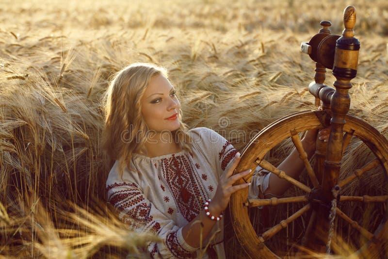 Härlig ung ukrainsk flicka i traditionell klänning royaltyfri bild