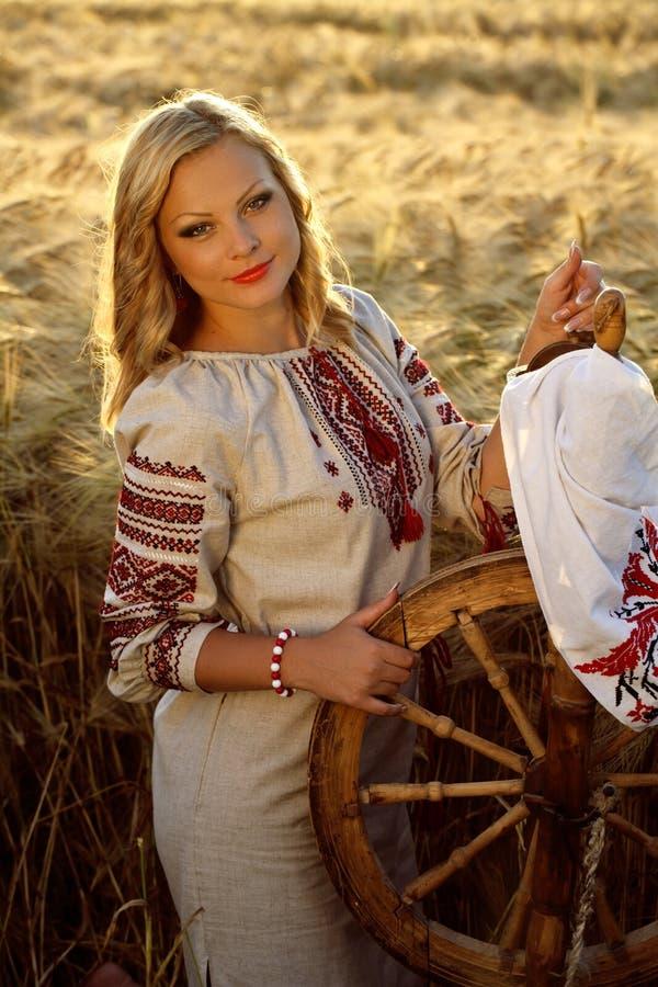 Härlig ung ukrainsk flicka i traditionell klänning arkivbilder