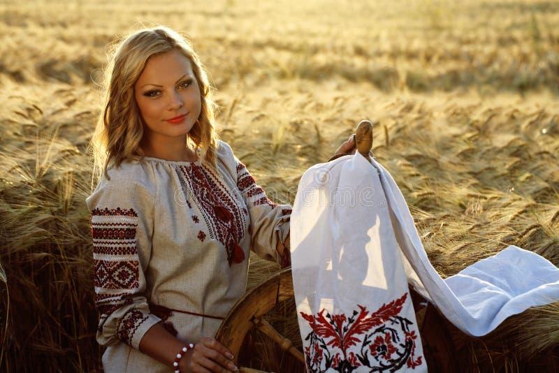 Härlig ung ukrainsk flicka i traditionell klänning royaltyfria bilder