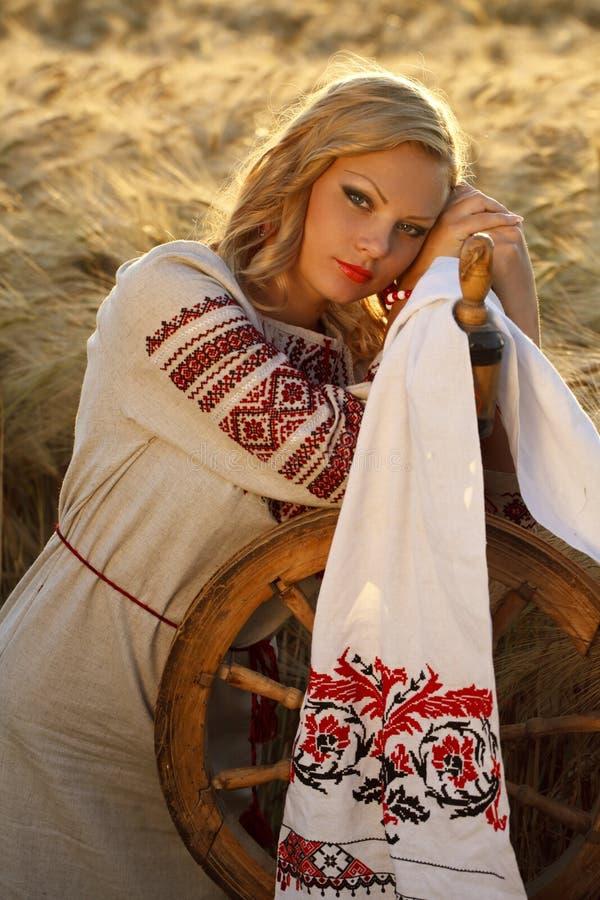 Härlig ung ukrainsk flicka i traditionell klänning arkivfoton