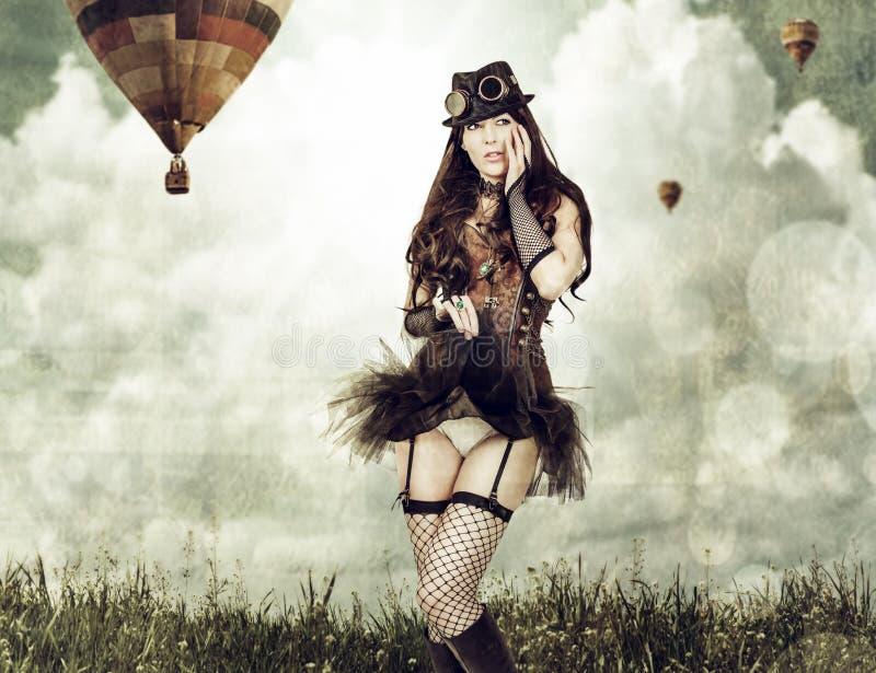 Härlig ung utomhus- steampunkkvinna royaltyfria bilder