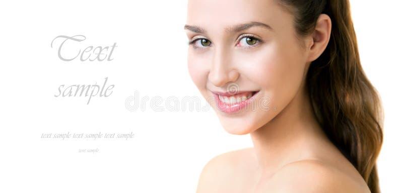 Härlig ung vuxen kvinna med ren ny hud på vit backg arkivfoton