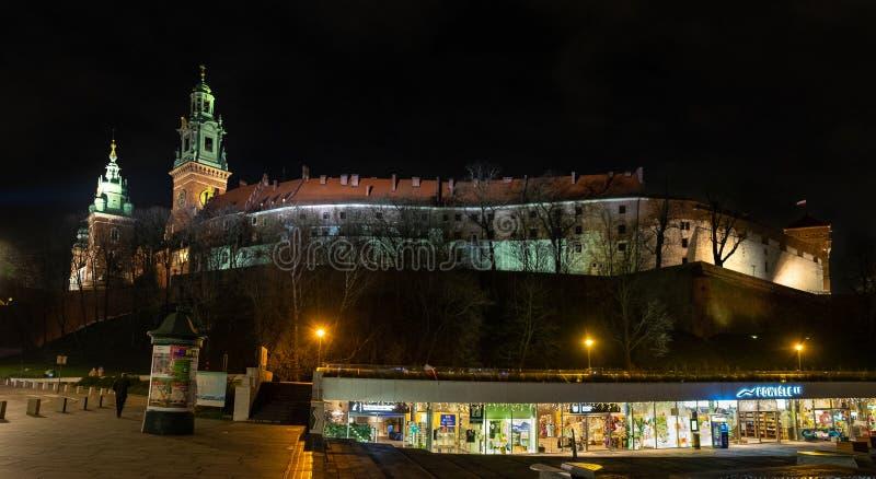 H?rlig upplyst kunglig Wawel slott vid natt krakow poland royaltyfria foton