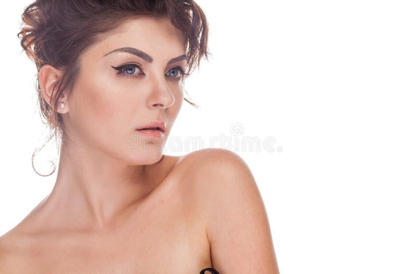 Härlig ursnygg brunettkvinna i studiofotoet som över isoleras arkivfoton