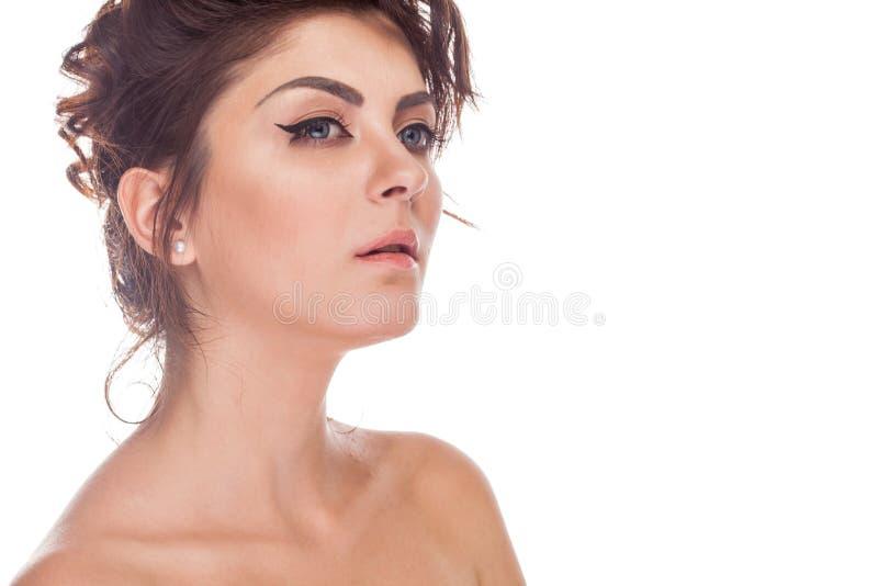 Härlig ursnygg brunettkvinna i studiofotoet som över isoleras royaltyfri foto