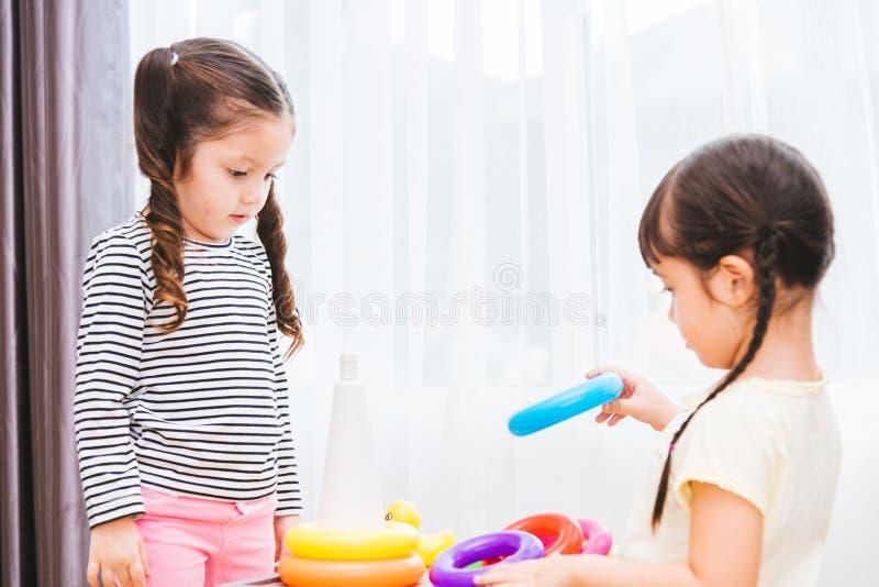 Härlig utbildning för leksak för ögla för ungeflickalek royaltyfria foton