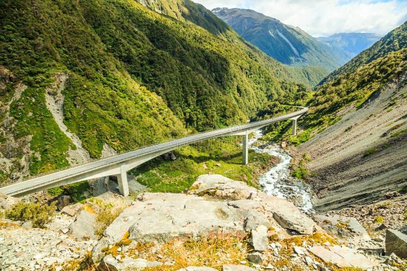 Härlig utkiksikt av huvudvägen för passerande för Arthur ` s på den Otira viadukten, nationalpark för passerande för Arthur ` s,  royaltyfri fotografi