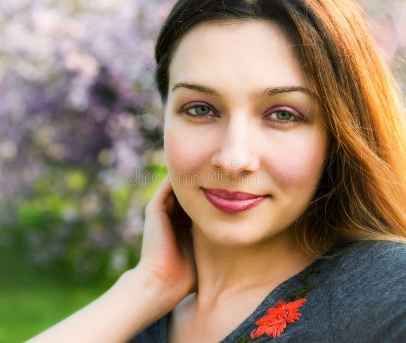 härlig utomhus- sinnlig fridfull leendekvinna arkivfoton