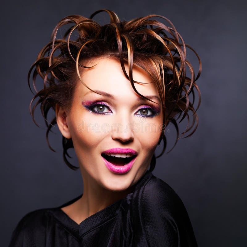 Härlig uttrycksfull kvinna med modefrisyren royaltyfria bilder