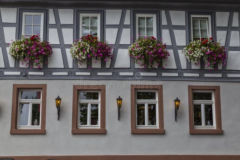 Härlig vägg med fönster av en gammal historisk korsvirkes- hou arkivfoton