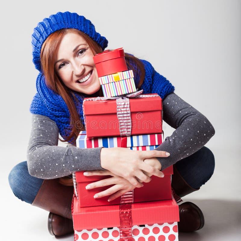Härlig vänlig kvinna med julgåvor fotografering för bildbyråer