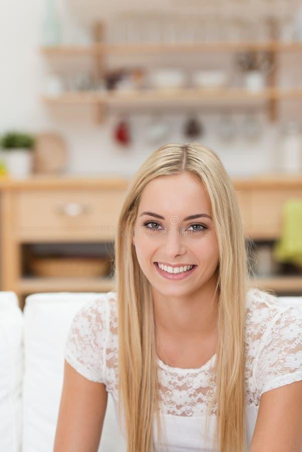 Härlig vänlig ung kvinna royaltyfria foton