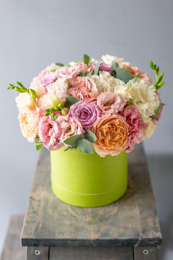 Härlig vårbukett i den head asken Ordning med blandningblommor Begreppet av en blomsterhandel, en liten familj arkivfoton