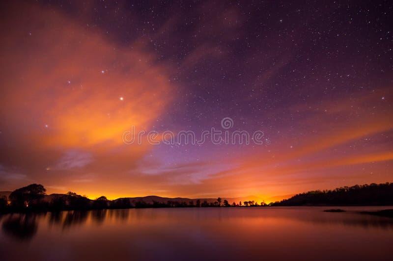 Härlig vårnatt på dammet royaltyfri bild