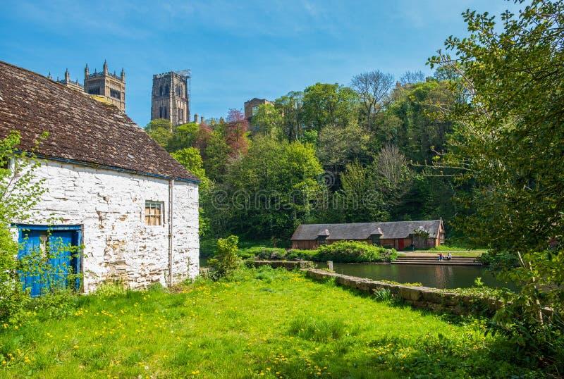 Härlig vårplats av traditionella byggnader och den Durham domkyrkan i bakgrunden i Durham, UK arkivbilder
