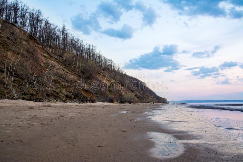Härlig vårsolnedgång över en flod Volga nära Ulyanovsk fotografering för bildbyråer