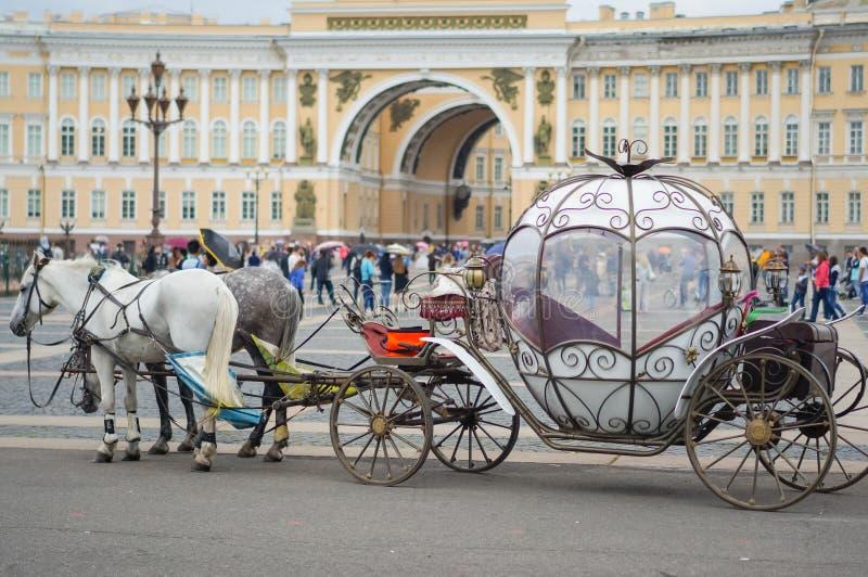 Härlig vagn på slottfyrkant Folk i vagn på slotten för vinter för slottfyrkant den near av St Petersburg Sommar 2016 royaltyfria bilder