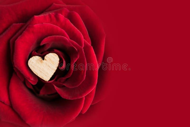 Härlig valentin \ 's-dagbakgrund med slut upp av litet trä royaltyfria foton