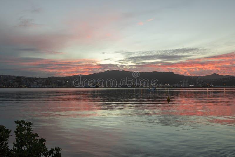 Härlig varm solnedgång över gummistövelhamnen, Nya Zeeland arkivfoto