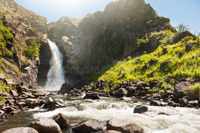 Härlig vattenfall i Altai berg, Sibirien, Ryssland arkivbilder