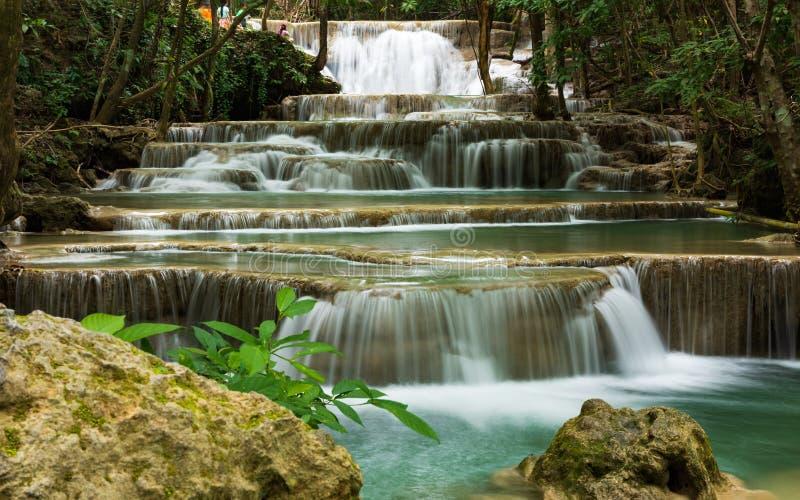 Härlig vattenfall i det Kanchanaburi landskapet, Thailand: Huay Mae Kamin Waterfall royaltyfri bild