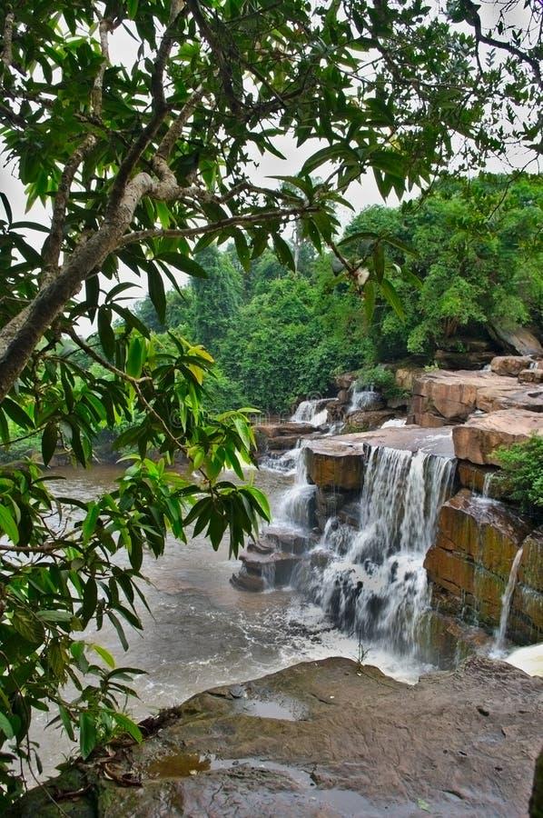 Härlig vattenfall i kambodjansk rainforest arkivbild