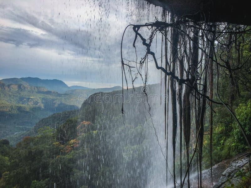 Härlig vattenfall och dumbaraberg i Sri Lanka royaltyfri bild