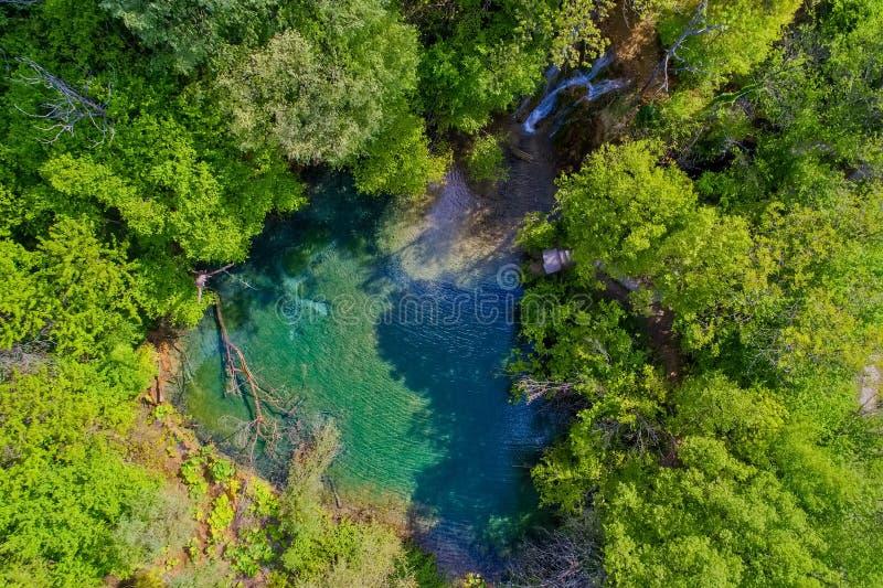 härlig vattenfall och en liten sjö med gräsplanvatten i Skra a royaltyfri foto