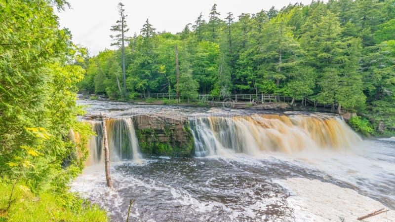 Härlig vattenfall på delstatsparken för ett piggsvinbergvildmark i övrehalvön av Michigan - slät stillsam flödande wate royaltyfri fotografi