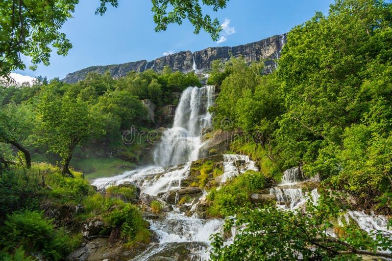 Härlig vattenfall som spolar ner en bergssida i Norge royaltyfria foton