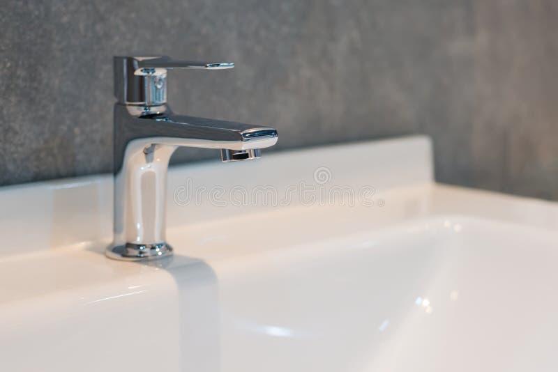 Härlig vattenkran för badruminre royaltyfria bilder